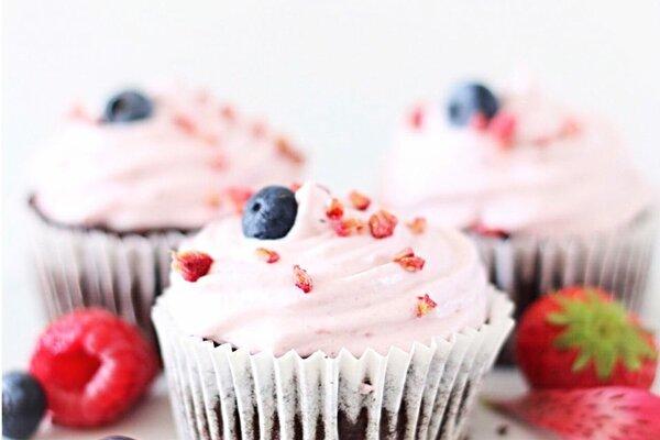 Koolhydraatarme aardbeien brownie cupcakes