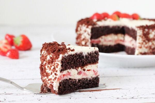 Koolhydraatarme chocoladetaart met aardbeien