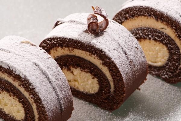 Suikervrije en koolhydraatarme chocolade cake rol
